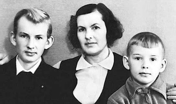 Людмила Абдулова с сыновьями
