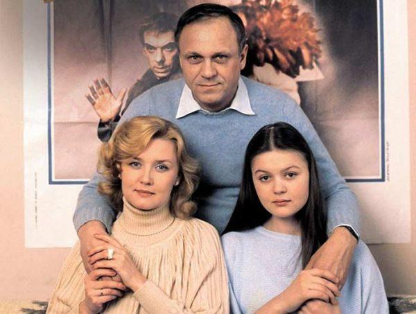 Известный режиссер с женой и дочерью