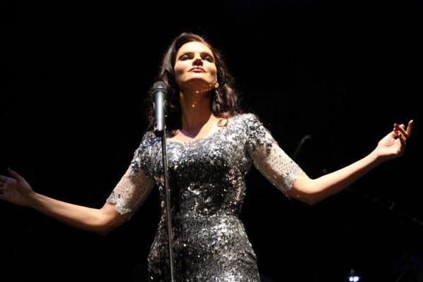 Певица во время выступления