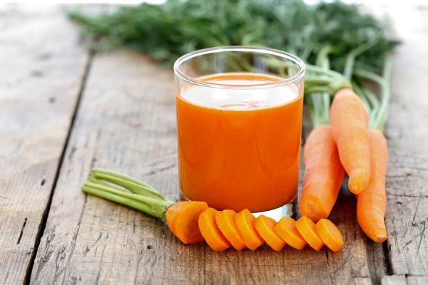В морковном соке содержится большое количество кальция и витамина А