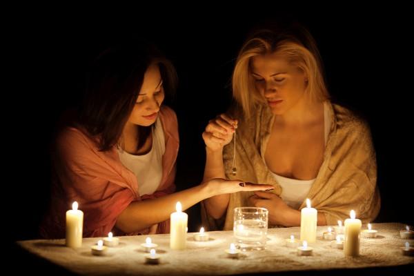 Девушки гадают на кольце