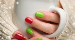 Новогодний маникюр на коротких ногтях выглядит привлекательно и стильно