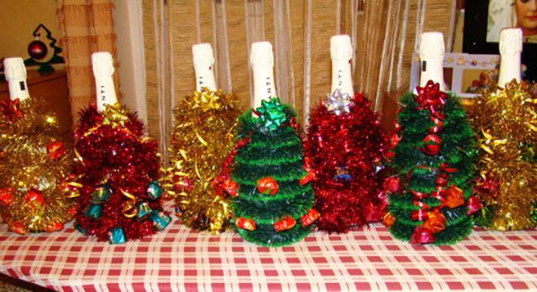 Украшение бутылки в виде елки