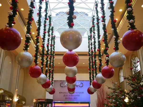 Как украсить магазин  и витрины на Новый год 2018: варианты декора, фото