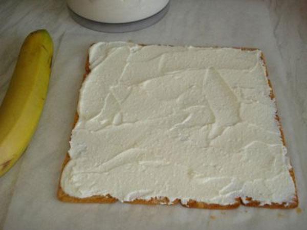 Смазать слоем крема
