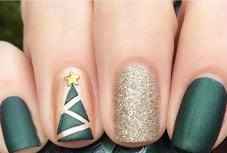 Новогодний маникюр на коротких ногтях: звездочка на верхушке придаст новогодней елке завершенный вид