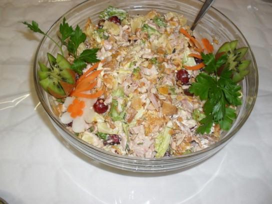 Салат с копченой курицей и фруктами