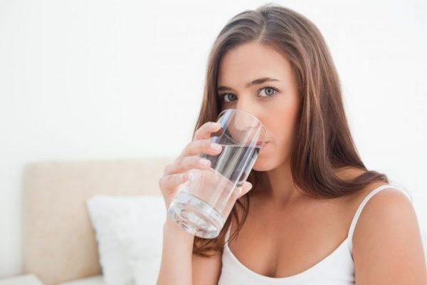 Можно прополоскать рот и пить больше жидкости