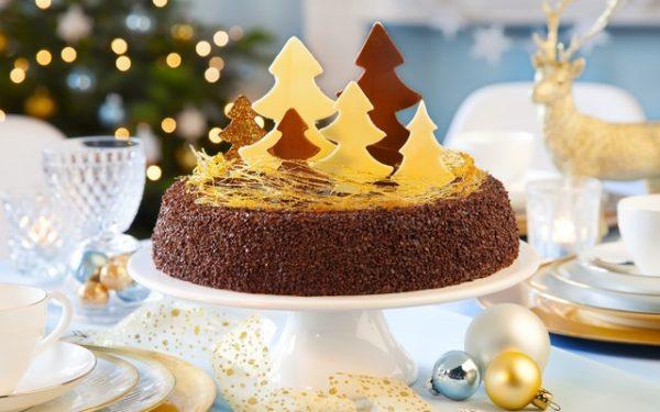 Торт украшенный елочками