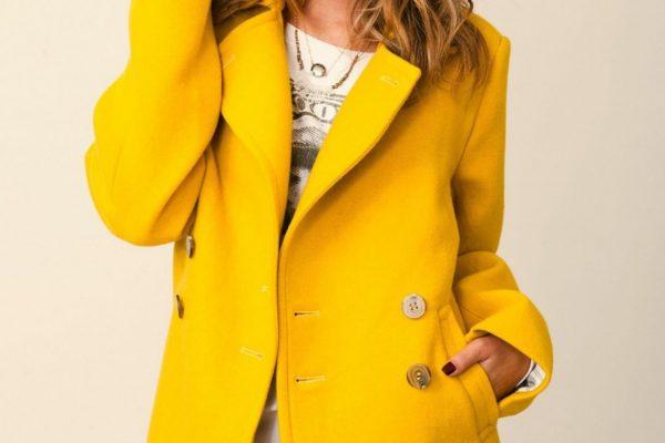 Желтое кашемировое пальто