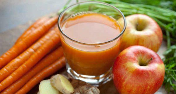 Можно приготовить сок из моркови с добавлением яблок