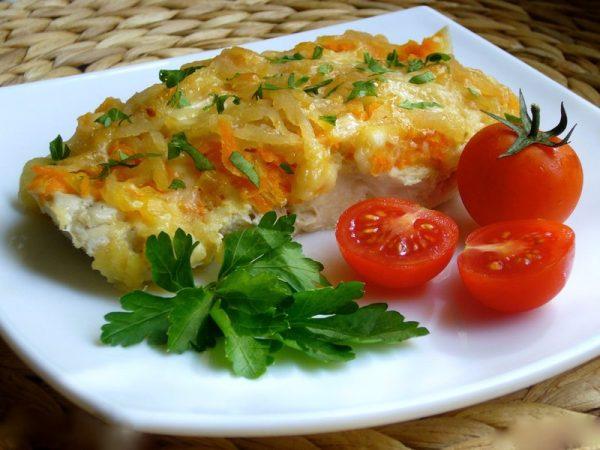 Запеченная рыба с сыром и овощами