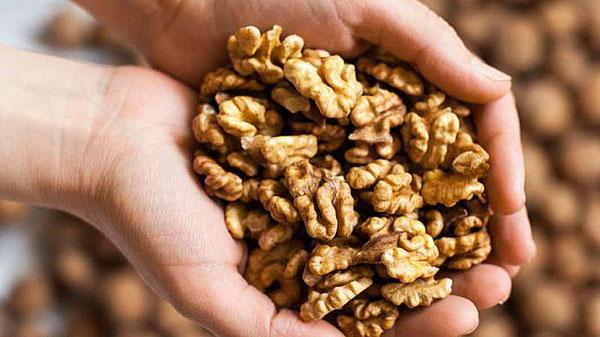 В ядрах грецких орехов содержится большое количество витаминов и аминокислот