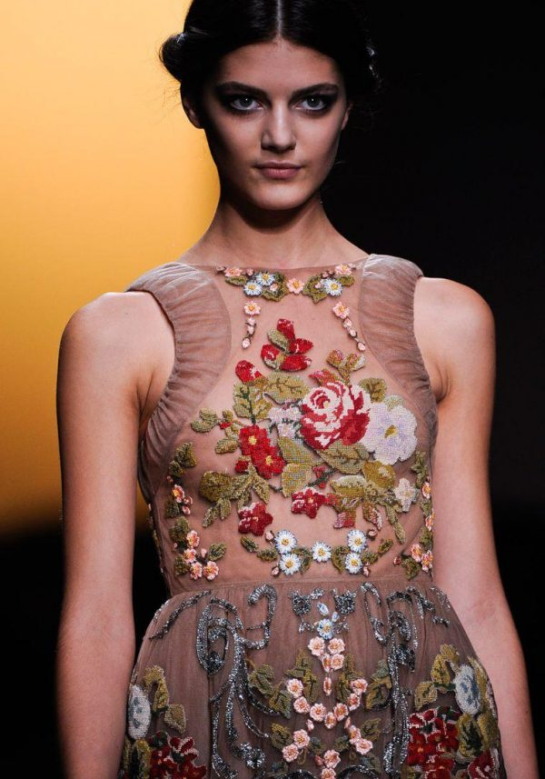 Модное платье с вышивкой