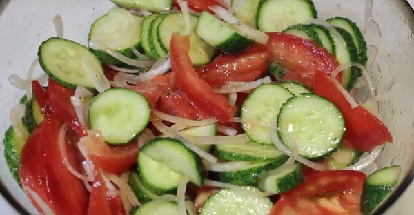 Салат с огурцом и помидорами
