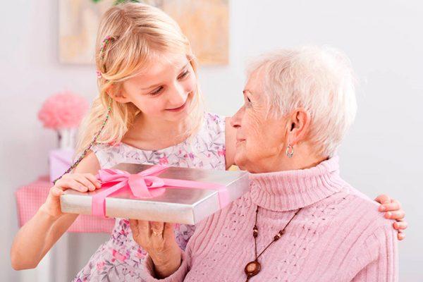 Подарок для бабушки должен стать приятным сюрпризом