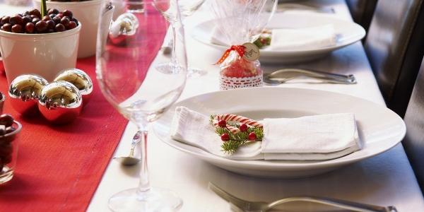 Цвета и материал праздничной утвари должны красиво вливаться в окружающий интерьер