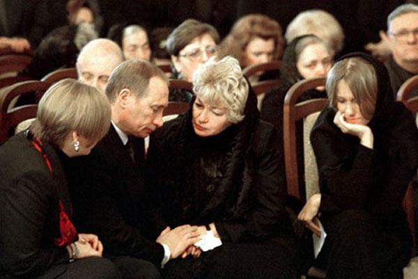 Владимир Путин на похоронах у Анатолия Собчака