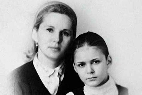 Алена Яковлева в детстве с мамой