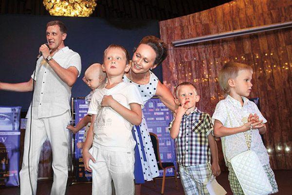 Популярный актер с женой и детьми