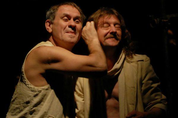 Актер на сцене театра