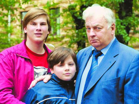 Михаил Державин с внуками