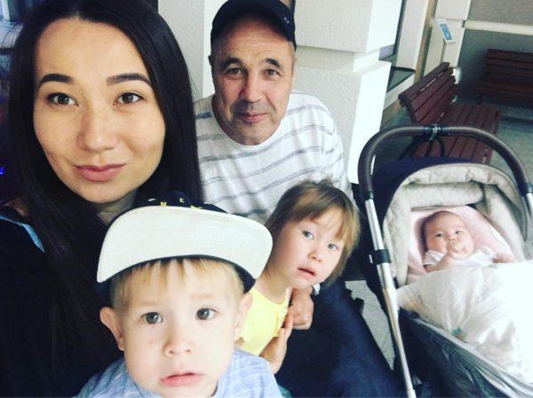 """Основатель """"Уральских Пельменей"""" с женой и детьми"""