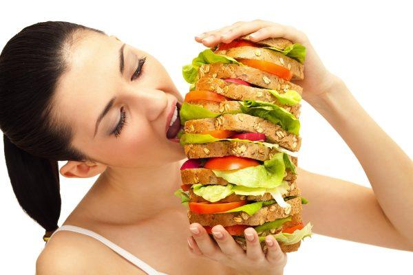 Следует отказаться от жирной и копченой пищи, различных консервов