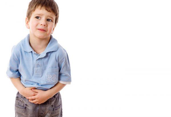 При аскаридозе у ребенка наблюдается сильная боль в животе