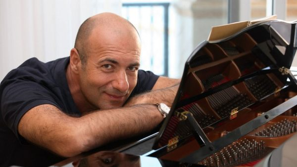Игорь Крутой за роялем
