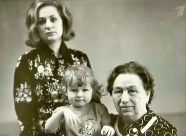 Виктория Филлипова со своей дочкой и мамой Галиной Брежневой
