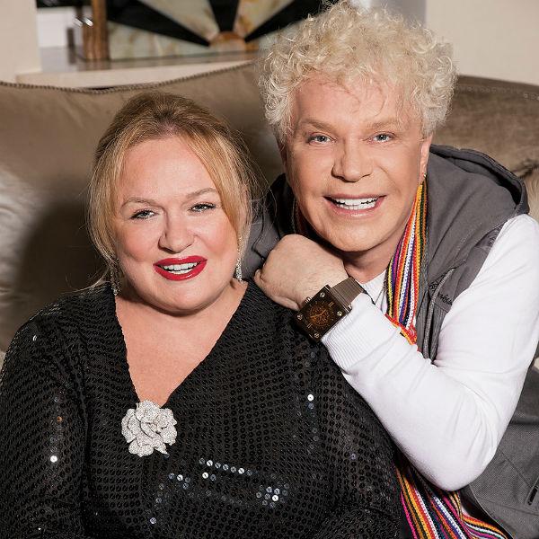 Известный певец со своей супругой