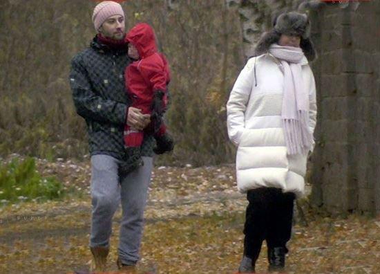Жанна и Дмитрий Шепелев на прогулке с сыном