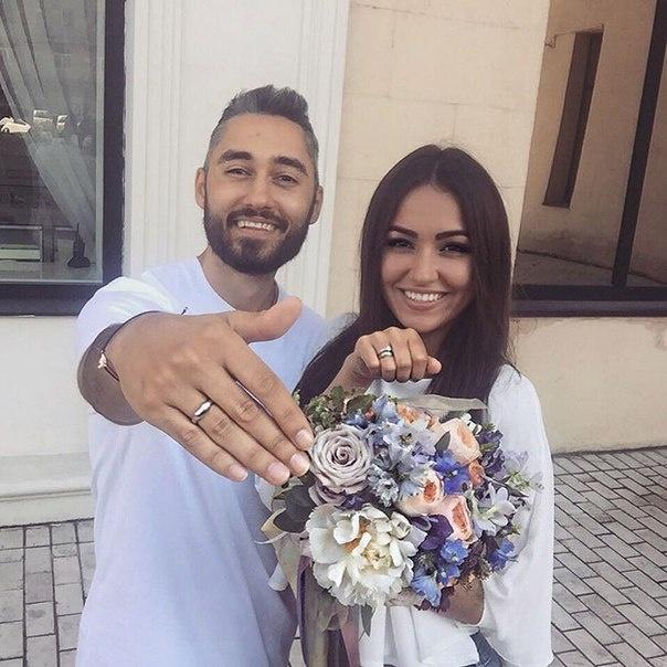 Влюбленные молодые люди зарегистрировали свой брак без свадебного торжества