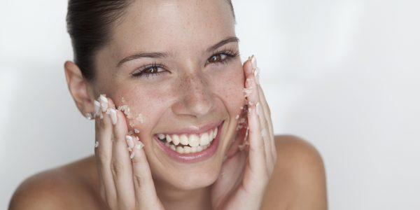 На проблемную кожу нужно наносить особый очищающий пилинг