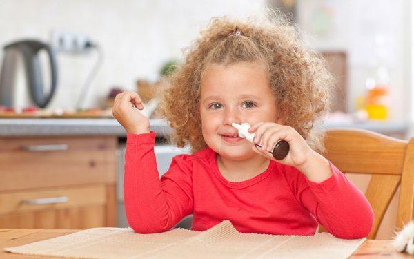 Для лечения соплей у ребенка врач может назначить назальные препараты