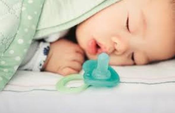 Во время сна соску у малыша лучше забрать
