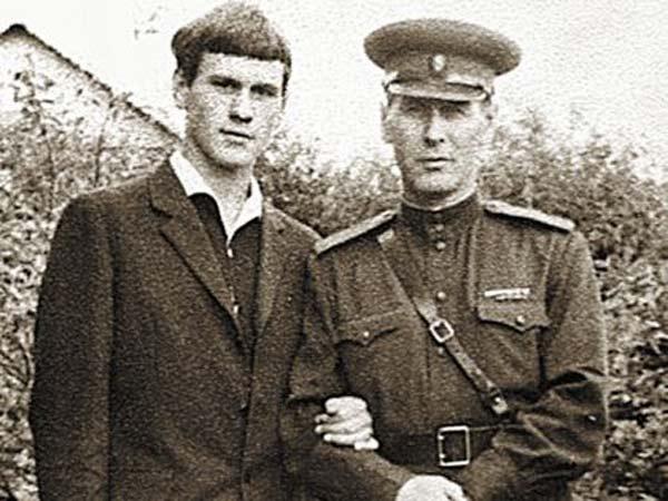 Валерий Афанасьев в юности со своим отцом