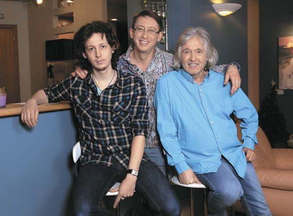 Известный музыкант со своими сыновьями