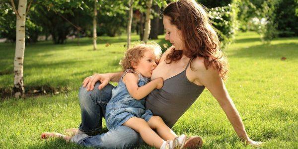 Специалисты не рекомендуют слишком долго кормить ребенка грудью