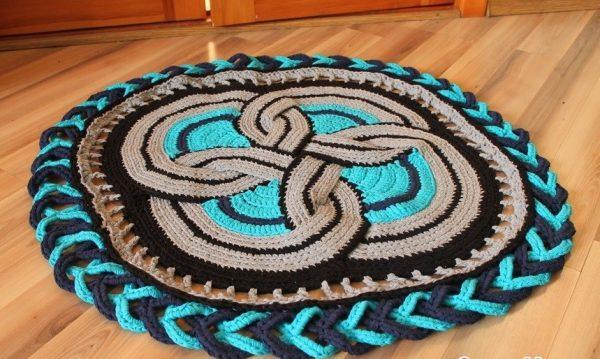 Вязаный коврик может быть разноцветным