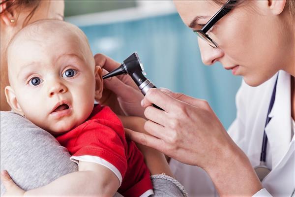 При сильной боли в ухе у ребенка желательно вызвать скорую помощь