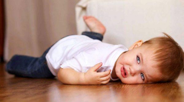 Капризы ребенка могут дополнится истериками и громкими криками