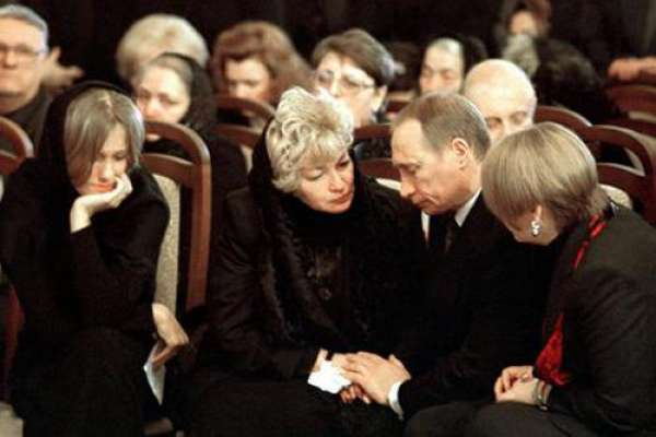 На похоронах своего мужа