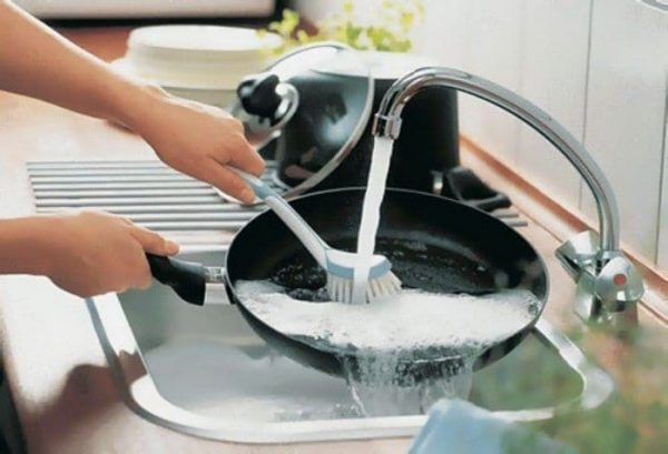 Сковороду с антипригрным покрытием нужно очищать очень аккуратно