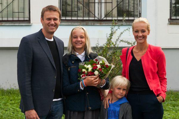 Скандальный политик с женой и детьми