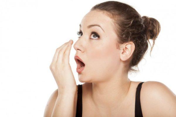 Неприятный запах изо рта могут вызывать проблемы с желудком