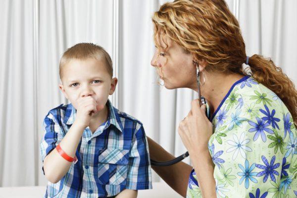 При затяжном кашле нужно обследовать ребенка у врача