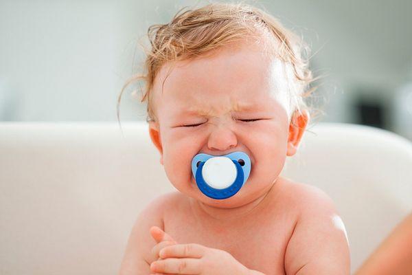 В запущенной стадии молочницы ребенок ведет себя очень беспокойно