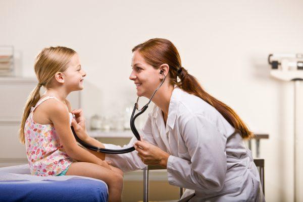 При первых симптомах глистов у ребенка нужно пройти полное обследование организма